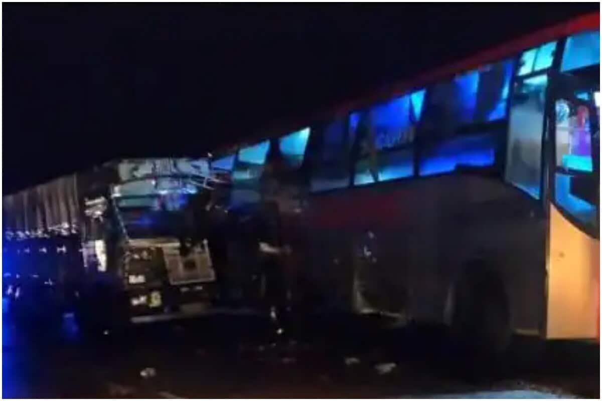 اترپردیش کے بارہ بنکی میں  ایک درد ناک سڑک حادثہ  ہو گیا، جس میں 18 مسافروں کی درد ناک موت ہوگئی ہے جبکہ کئی لوگ سنگین طور پر زخمی ہوئے ہیں، جنہیں ٹراما سینٹر لکھنو ریفر کیا گیا ہے۔