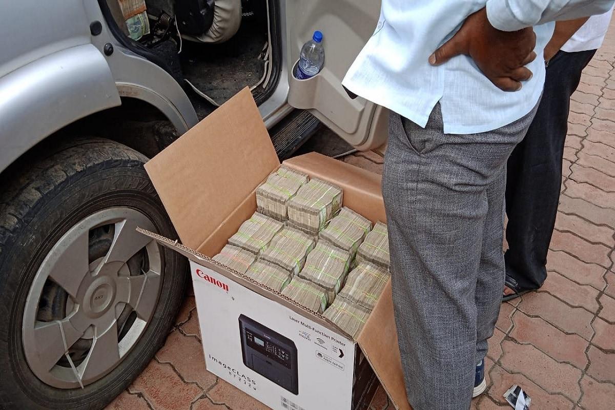 دو اسکارپیو گاڑیوں سے 3 کروڑ 50 لاکھ 9 ہزار 100 روپئے سمیت 50 ہزار روپئے مالیت کے پانچ اینڈرائڈ فون برآمد ہوئے ہیں۔