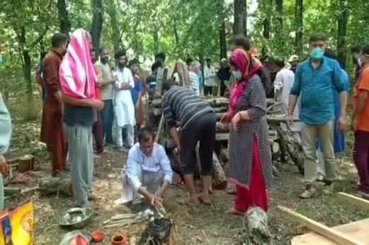 کشمیر میں ہندو مسلم بھائی چارہ کی شاندارمثال، دوکشمیری پنڈت خواتین کی آخری رسومات مل جل کر ادا کی گئی