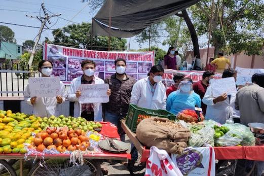 جموں و کشمیر : ڈینٹل شعبہ میں اعلی ڈگری حاصل کرنے والے بے روزگار نوجوانوںنے کیا انوکھا احتجاج