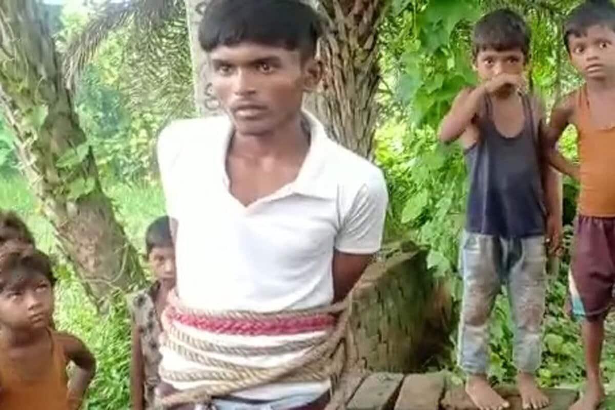 گاؤں والوں نے اسے بجلی کے کھمبے سے باندھ دیا اور پولیس کو بلا کر اس کے حوالے کر دیا ۔