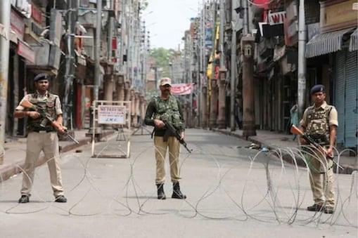 کشمیر میں لوگوں کے جمع ہونے پر پابندی جاری، موبائل انٹرنیٹ خدمات پھر بند۔ فائل فوٹو