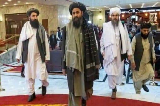 طالبان کے شریک بانی ملا عبدالغنی برادر  (Mullah Abdul Ghani Baradar) قطر سے قندھار پہنچ گئے۔ اس کا ویڈیو سوشل میڈیا پر شیئر کیا جارہا ہے۔ ویڈیو میں دیکھا جاسکتا ہے کہ ملا برادر سی-17 مہابلی طیارہ (اسے امریکہ نے بنایا ہے) سے قندھار پہنچتا ہے اور کمانڈو کی سیکورٹی گھیرے میں ایئر پورٹ سے نکلتا ہے۔ اس دوران طالبان کے جنگجو تالی بجاکر اور ہتھیار لہرا کر اپنے سربراہ کا استقبال کرتے ہیں۔