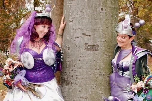 پیڑوں کے ساتھ جسمانی تعلقات بناتی ہے یہ دو خواتین ، طریقہ جان کر اڑجائیں گے ہوش۔ تصویر : Sprinkle & Stephens