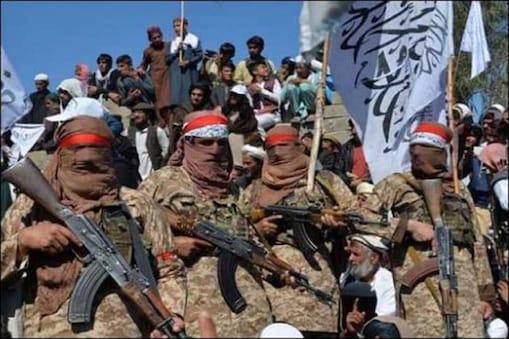 افغانستان : ملک کی آزادی کے دن جھنڈا لہر رہے افغانوں پر طالبان نے کی گولہ باری ، کئی ہلاک ۔ فائل فوٹو ۔