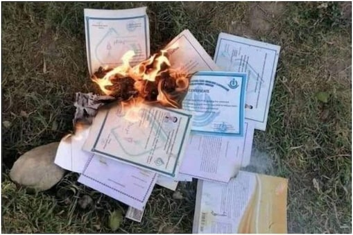 Afghanistan Crisis: افغانستان کی مشہور ٹی وی اینکر شبنم خان داوران  (Shabnam Khan Dawran) نے دعویٰ کیا ہے کہ طالبان نے بچوں کے اسکول اور کالج کے سرٹیفکیٹ جلانے شروع کردیئے ہیں۔