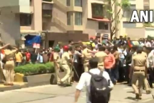 Narayan Rane Vs Uddhav Thackeray:  شیو سینا حامیوں کا مرکزی وزیر نارائن رانے کے گھر کے باہر احتجاج جاری ہے۔ منگل کو پارٹی کے کئی کارکنان نارائن رانے کی رہائش گاہ کے سامنے جھنڈا لہراتے ہوئے گاڑیوں سے نکلے۔ اس دوران مرکزی وزیر کی وارننگ بھی دی گئی ہے۔ کارکنان نے انہیں بغیر سیکورٹی کے باہر نکلنے کا چیلنج دیا ہے۔