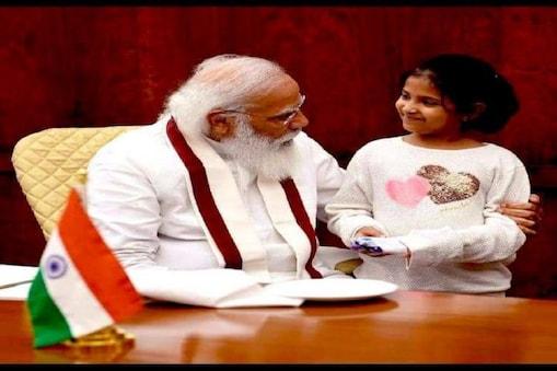 وزیراعظم نریندرمودی انیشا سے ملاقات کے دوران دیکھے جاسکتے ہیں۔(تصویر: پی آئی بی)۔
