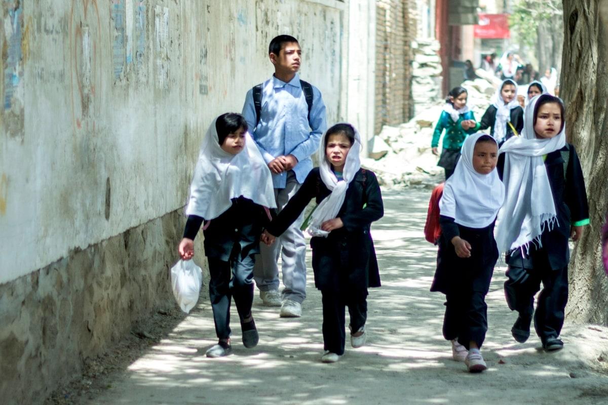فائل فوٹو،کابل میں اسکولی طلبا  اپنے گھر واپس جاتے ہوئے۔(تصویر:Shutterstock)۔
