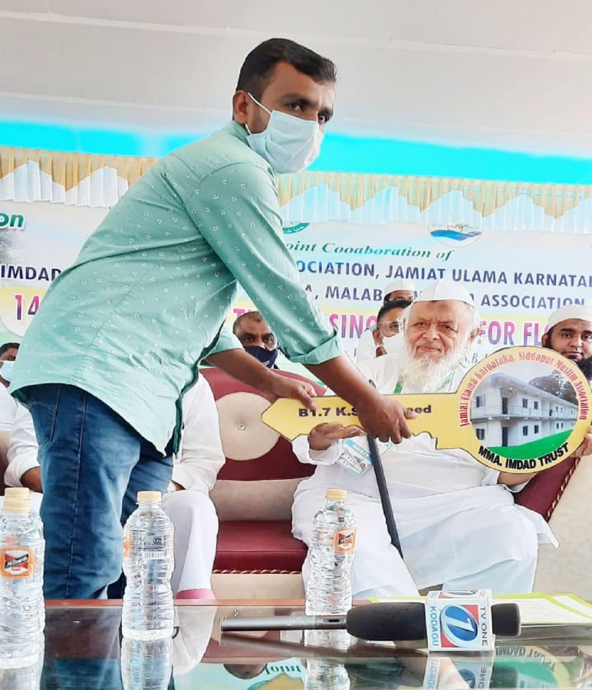 کرناٹک میں میسور سے متصل ضلع گوڈاگوکے سداپور میں منعقد ایک اجتماع میں آج مولانا ارشد مدنی کے ہاتھوں 2019 میں آئے تباہ کن سیلاب میں بے گھر ہوئے 30 لوگوں میں سے 16 لوگوں کو مکانات کی چابیاں دی گئیں، ان میں غیر مسلم بھی شامل ہیں۔