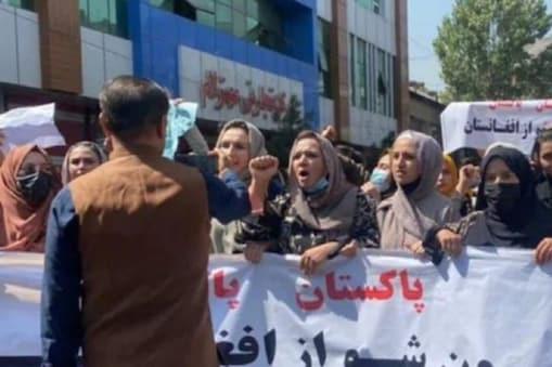 ویسے تو خواتین گزشتہ کئی دنوں سے افغانستان کے مختلف شہروں میں اپنے حقوق کے لیے مظاہرے کر رہی ہیں لیکن کابل میں پہلی بار رات کے وقت مظاہرے ہوئے ہیں۔