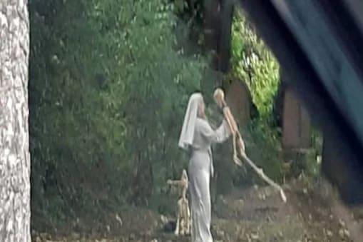قبرستان میں کنکالوں کے ساتھ ناچ رہی تھی نن ، خوفناک نظارہ دیکھ کر سبھی کے اڑگئے ہوش (Credit- Hull Live)