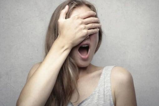 باتھ روم سے آرہی تھی شوہر کی عجیب و غریب آواز، غصہ میں اندر داخل ہوئی بیوی! نظارہ دیکھ کر اڑگئے ہوش ۔ علامتی تصویر ۔