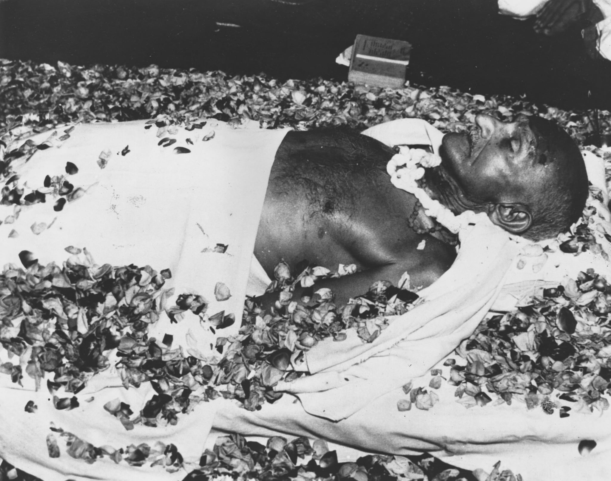 The body of Indian nationalist leader Mahatma Gandhi (Mohandas Karamchand Gandhi) lying in state at Birla House, New Delhi, before the funeral cortege leaves for the burning ghats on the banks of the River Jumna. (Photo by Keystone/Getty Images)