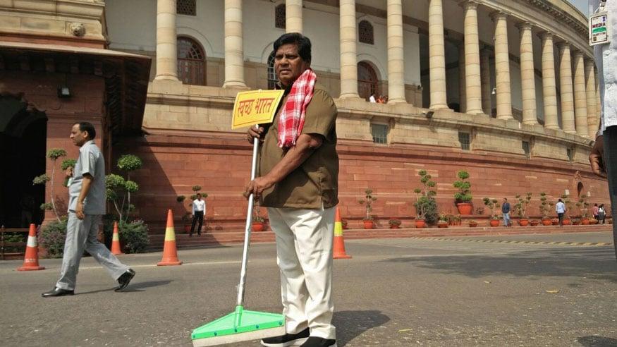தூய்மை இந்தியா திட்ட பணியாளர் வேடத்தில் சிவபிரசாத்.(Image: News18)
