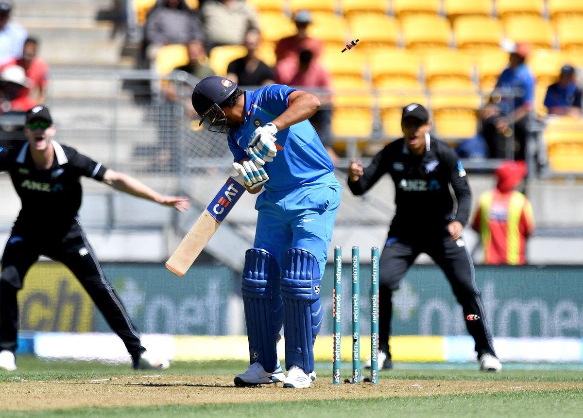 தொடக்க வீரர்களாக களமிறங்கிய ரோகித் சர்மா - தவான் இணை முறையே 2 மற்றும் 6 ரன்களில் ஆட்டமிழந்து அதிர்ச்சி அளித்தனர். (ICC)