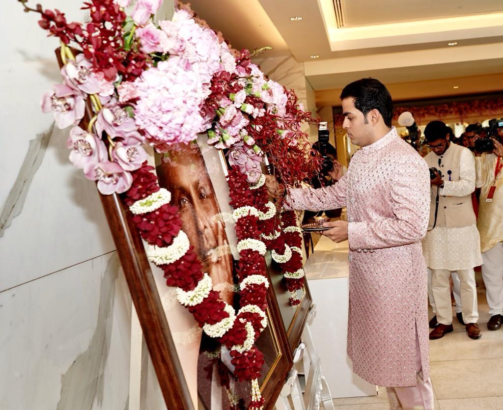 ஆகாஷ் தனது தாத்தா பாட்டிக்கு மரியாதை செலுத்துகிறார்.(Image: News18)