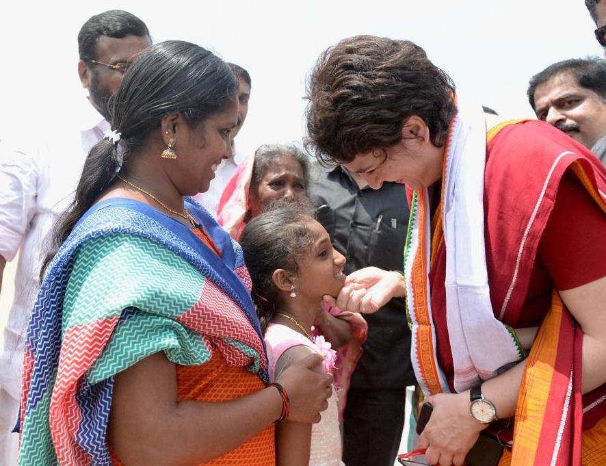 பிரசாரத்தில் பெண்கள் மற்றும் குழந்தைகளிடம் பேசிய பிரியங்கா. (Twitter)