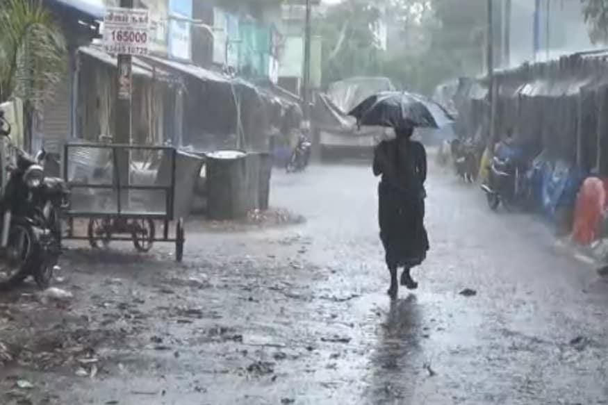 திருப்பூர் மாவட்டம், தாராபுரத்தில் பலத்த காற்றுடன் நேற்று மாலையில் மழை பெய்தது.