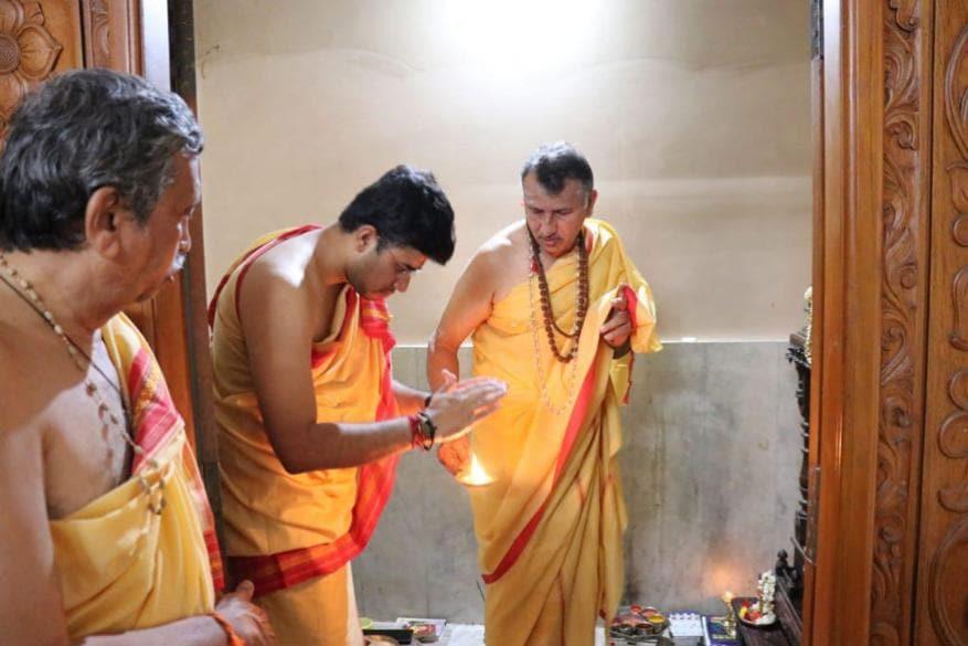 பாஜக வேட்பாளர் தேஜஸ்வி சூர்யா தனது வீட்டில் பூஜை செய்கிறார். (Image: Deepa/News18)
