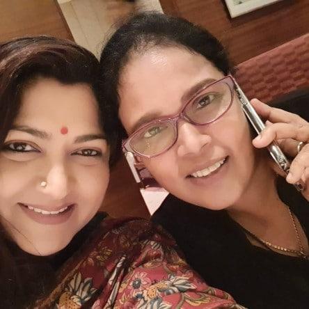 நடன இயக்குனர் பிரிந்தாவுடன் நடிகை குஷ்பூ.