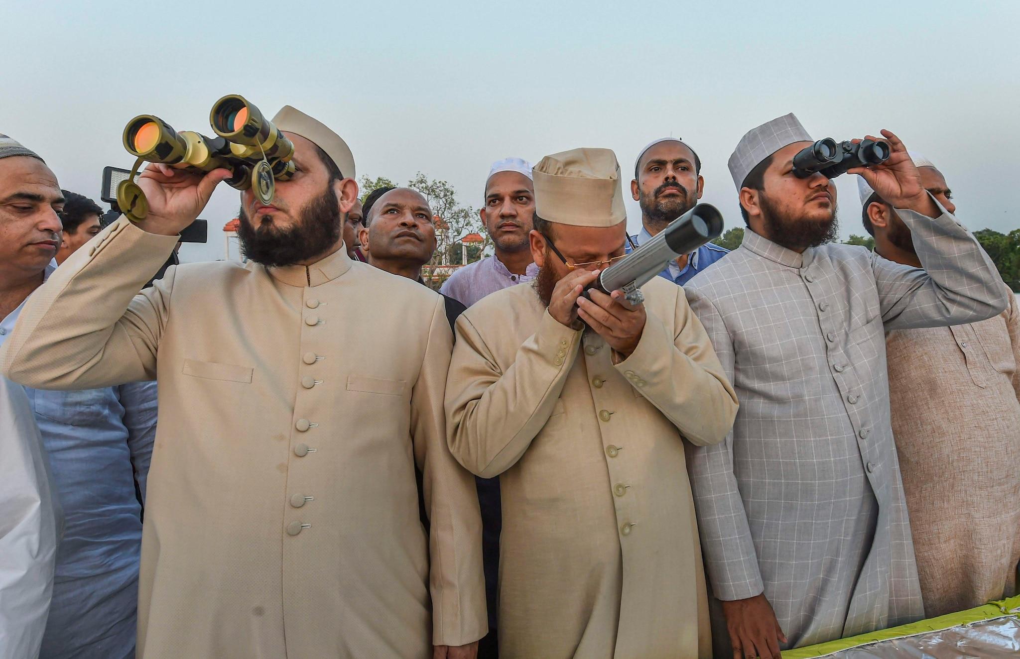 ரம்ஜான் பிரார்த்தனையில் லக்னோவில் உள்ள இஸ்லாமியர்கள்.