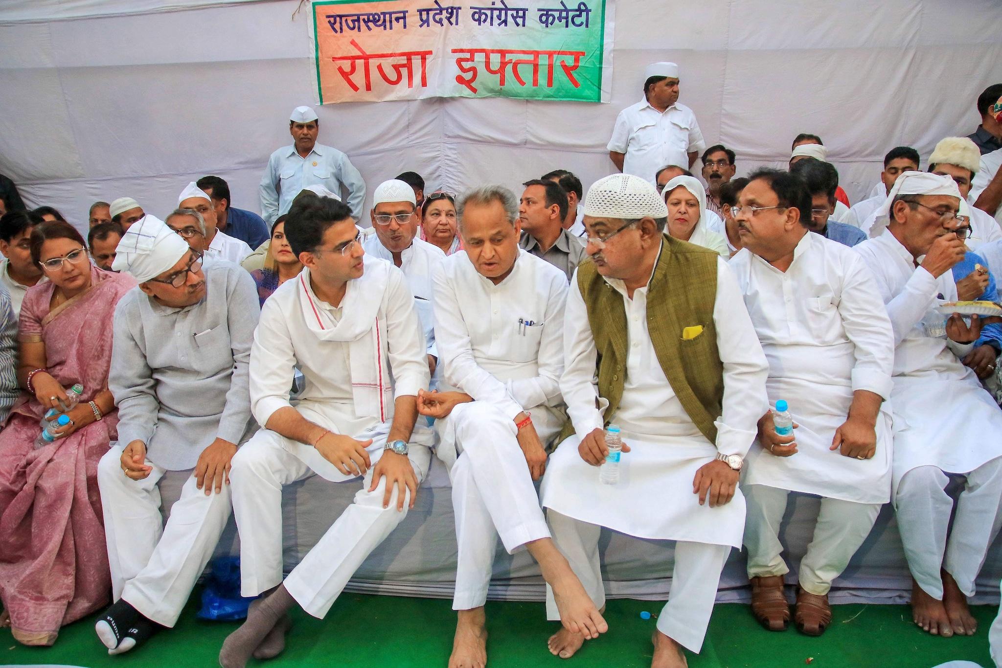 ராஜஸ்தான் மாநில காங்கிரஸ் தலைவர் மற்றும் துணை முதல்வர் சச்சின் பைலட், ராஜஸ்தான் முதல்வர் அசோக் கெலாட், ஜெய்ப்பூரில் நேற்று நடந்த இஃப்தாரில் கலந்துகொண்டபோது.