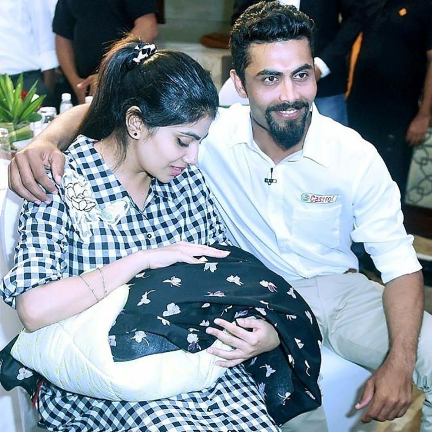 ரவீந்திர ஜடேஜா மற்றும் மனைவி மகளுடன் புகைப்படத்தை பகிர்ந்துள்ளார். மகள் நிதியானா ஜூன் 8, 2017 அன்று பிறந்தார்.