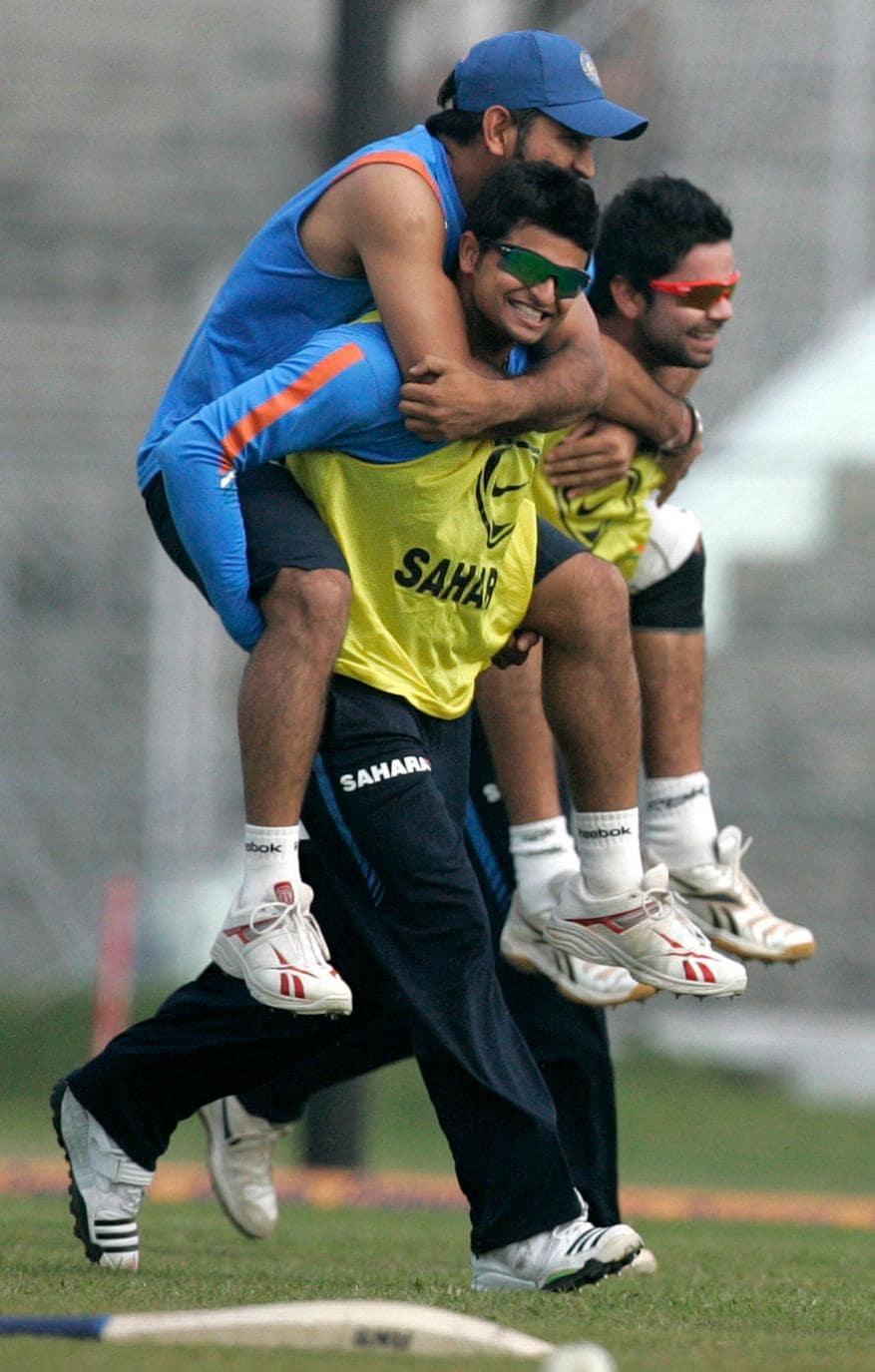 கவுஹாத்தியில் பயிற்சியின் போது தோனியை தூக்கிச் சென்ற சுரேஷ் ரெய்னா (Image: Reuters)