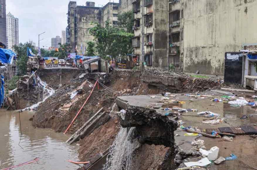 மும்பையில் சேதமடைந்த சாலை பகுதிகள் (Image: PTI)