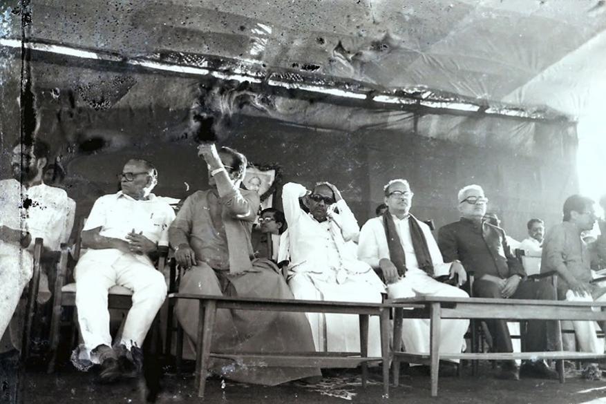 சென்னையில் நடைபெற்ற கூட்டத்தில் மற்ற கட்சி தலைவர்களுடன் அமர்ந்திருக்கும் கருணாநிதி (Image: Subha News Photo Service)