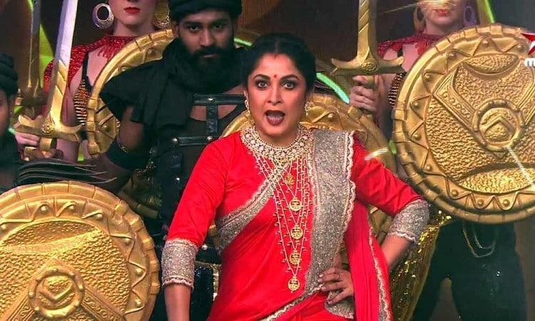 ரம்யா கிருஷ்ணனின் வருகை தெலுங்கு பிக்பாஸ் போட்டியாளர்களுக்கு இன்ப அதிர்ச்சியாக இருந்தது. ரம்யா கிருஷ்ணன், பாகுபலி படத்தில் வரும் சிவகாமி கெட்டப்பில் வந்து பிக்பாஸ் நிகழ்ச்சியை தொகுத்து வழங்கினார்.