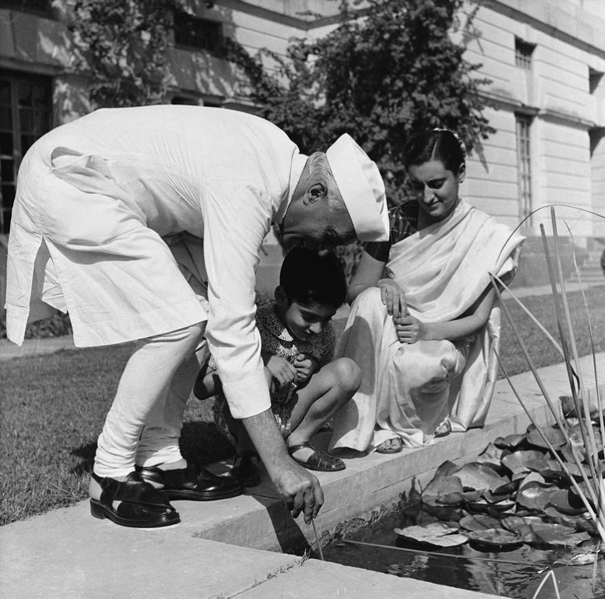 பேரன் ராஜிவ் காந்தி மற்றும் மகள் இந்திரா காந்தியுடன் நேரு
