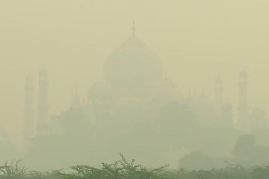 டெல்லியில் அபாய அளவை கடந்து காற்று மாசு அதிகரித்துள்ளது. ஆக்ராவில் உள்ள தாஜ்மஹால் காற்று மாசு காரணமாக மறைந்து காணப்படுகிறது.