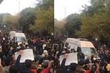 ஆர்பாட்டங்களுக்கு மத்தியில் ஆம்புலன்ஸ்க்கு வழிவிட்ட ஜாமியா  மாணவர்கள்