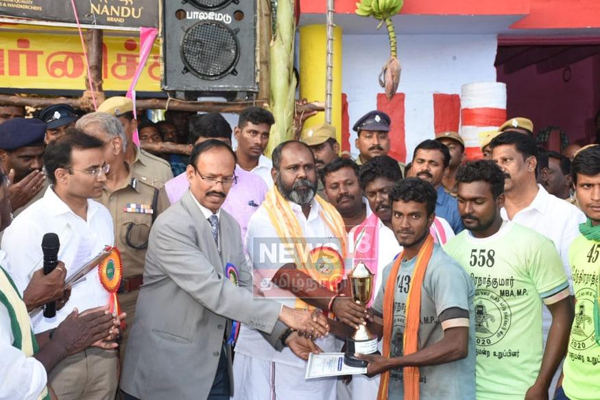 13 காளைகளை அடக்கி இரண்டாவது பரிசு பெரும் ராஜா(Photos: Stalin & Karunakaran, (News18 Reporters - Madurai)