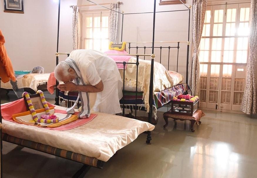 விவகானந்தரின் பிறந்ததினமான ஜனவரி 12-ம் தேதி தேசிய இளைஞர்கள் நாளாக கொண்டாடப்படுகிறது. அதனை முன்னிட்டு மேற்குவங்கத்திலுள்ள ராமகிருஷ்ண மடத்துக்கு மோடி சென்றுள்ளார்.