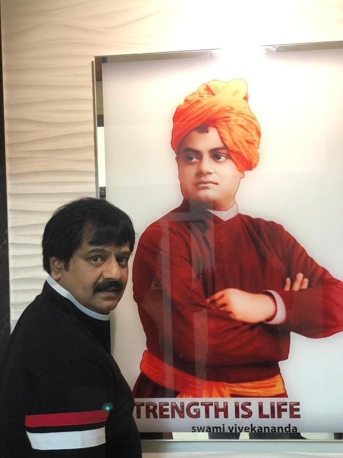 நடிகர் விவேக் அலுவலகத்தில் இருக்கும் விவேகானந்தர் புகைப்படம் (புகைப்படம்: ட்விட்டர்)