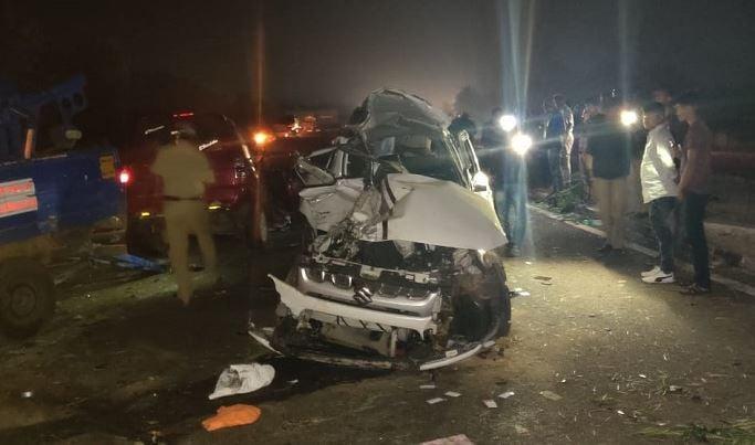 ஓசூரைச் சேர்ந்த 9 பேர் தர்மஸ்தலா கோவிக்கு சுற்றுலா சென்று திரும்பியுள்ளனர். குனிக்கல் பகுதியில் இன்று காலை, இரண்டு கார்கள் வேகமாக மோதிக்கொண்ட விபத்தில், தமிழகத்தைச் சேர்ந்த 9 பேர் உள்பட 13 பேர் உயிரிழந்துள்ளனர்.