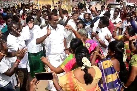 ஜெயலலிதா பிறந்தநாள் விழா: பெண்களுடன் நடனமாடி உற்சாகப்படுத்திய அமைச்சர் வேலுமணி