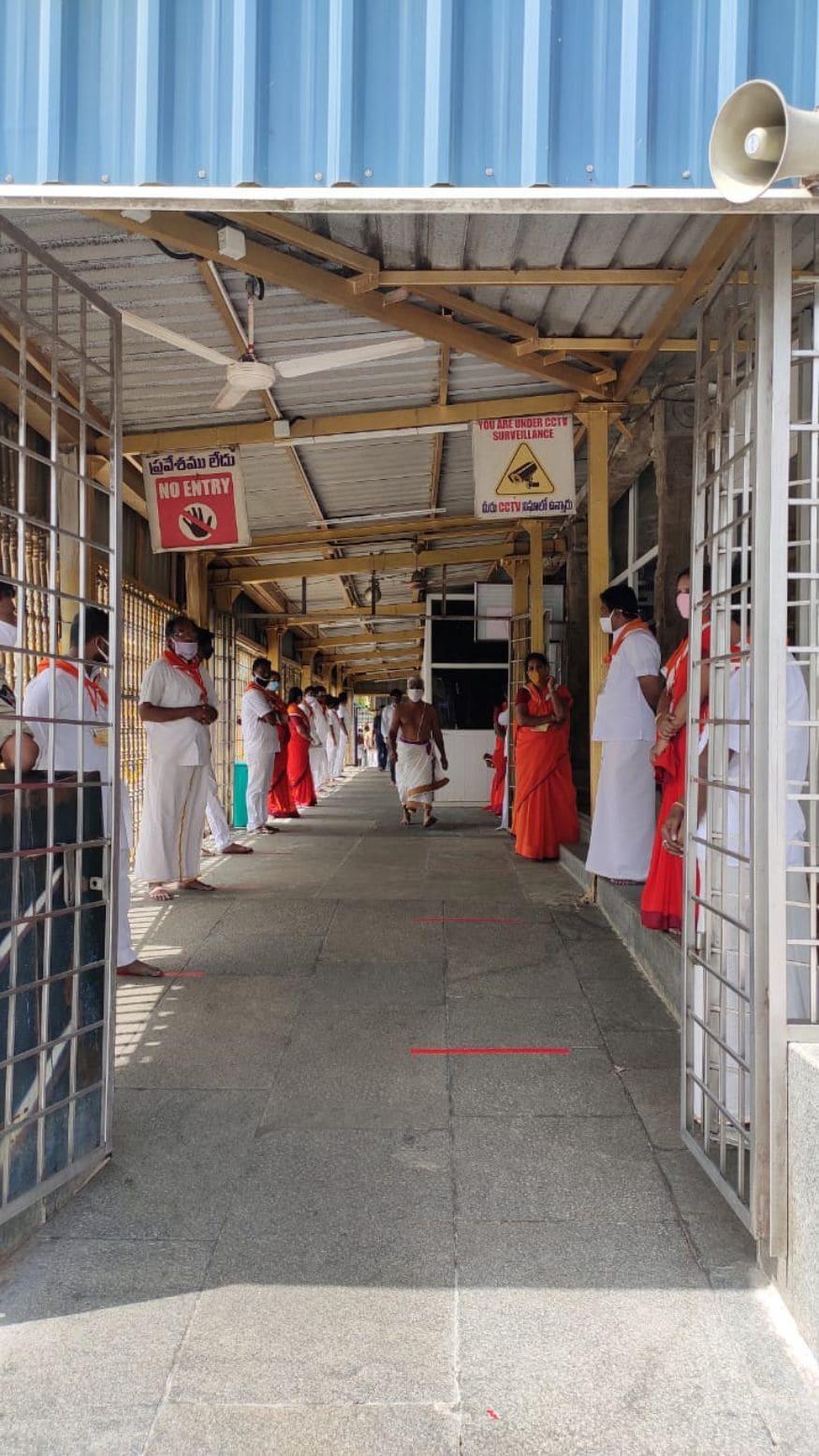 83 நாட்களுக்கு பிறகு கோவில் அனைத்து பக்தர்களுக்கும் திறக்கப்பட்ட நிலையில், நேற்று உண்டியலில் மட்டும் 43 லட்சம் ரூபாய் காணிக்கையாக அளிக்கப்பட்டுள்ளது.