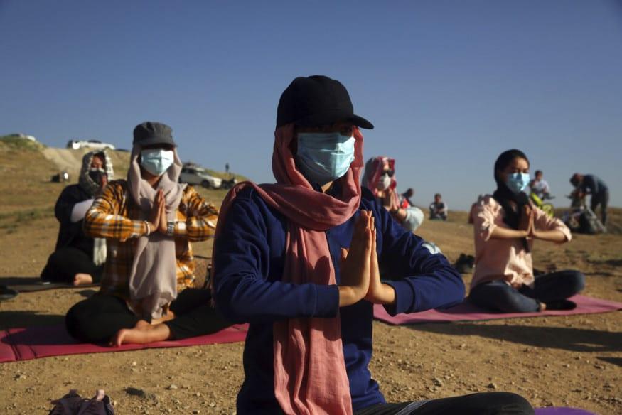 மேற்கு காபூலின் மலைப்பகுதியில் மேகங்கள் சூழ்ந்த ரம்மியமான இடத்தில் நடைபெற்ற இப்பயிற்சியில் பலர் ஆர்வமுடன் பங்குபெற்றனர் (படம்: AP)
