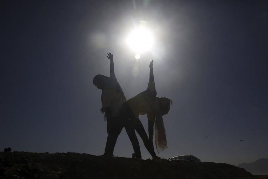 ஆஃப்கானிஸ்தானில் யோகா பிரபல்யமடையாமல் இருந்தாலும் அதைக் கடைபிடிப்போர் அது மன அழுத்தத்தையும் சோர்வையும் நீக்குவதாக நம்புவதாக ஃபக்ரியா கூறினார்(படம்: AP)