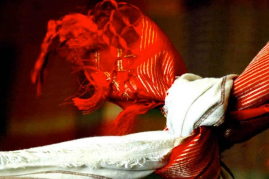 இந்தியாவில் திருமணம் என்பது ஆடம்பரம் நிறைந்த கோலாகல விசேஷன். அதை பார்த்து பார்த்து நேரில் சென்று தேர்வு செய்த காலம் கடந்து தற்போது அனைத்தும் ஆன்லைன் சேவையாக மாறிவிட்டன. இந்த ஆன்லைன் சேவை தற்போதைய கொரோனா நெருக்கடியில் வீட்டில் அமர்ந்தபடி வேலைகளை கச்சிதமாக முடிக்க உதவுகிறது.