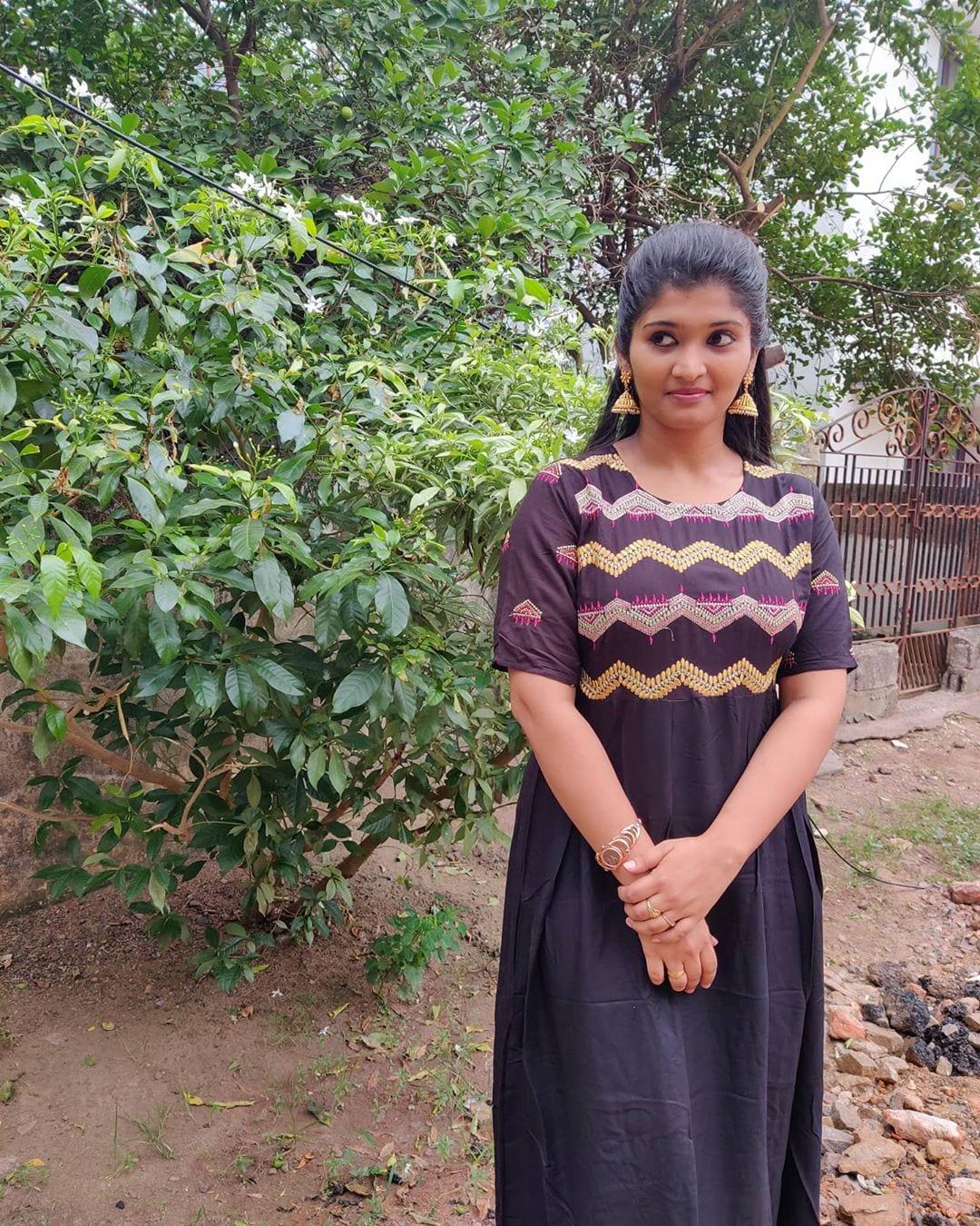 மனைவியுடன் சாண்டி மாஸ்டர் (photo: Instagram )