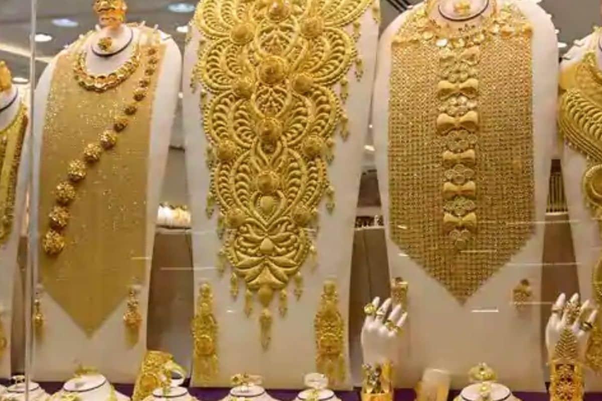 இன்று காலை ஆபரண தங்கம் கிராமுக்கு ரூ. 4,297-க்கு விற்பனையான நிலையில், தற்போது மாலை நிலவரப்படி கிராமிற்கு ரூ. 37 உயர்ந்து ரூ. 4,334-க்கு விற்பனையாகிறது.