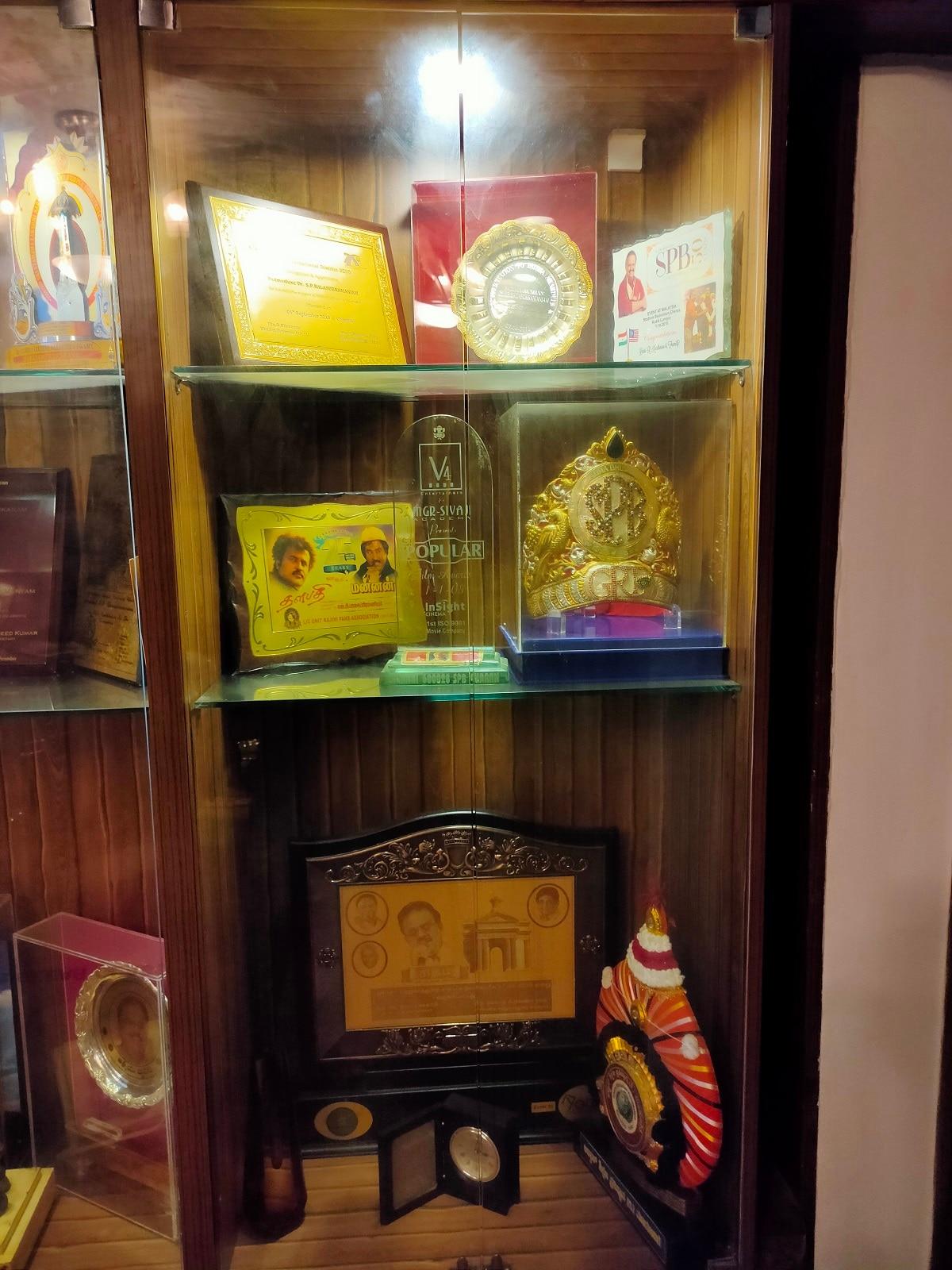 எஸ்.பி.பி.வீட்டின் தனி அறையில் வைக்கப்பட்டிருக்கும் விருதுகள்