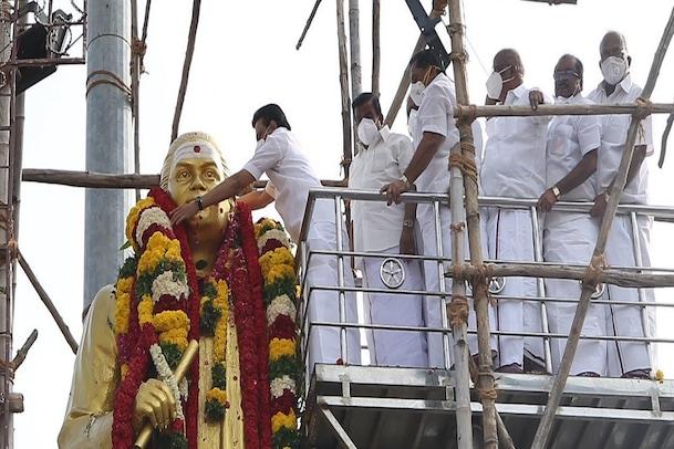 முத்துராமலிங்கத்தேவர் சிலைக்கு மு.க ஸ்டாலின் மரியாதை..