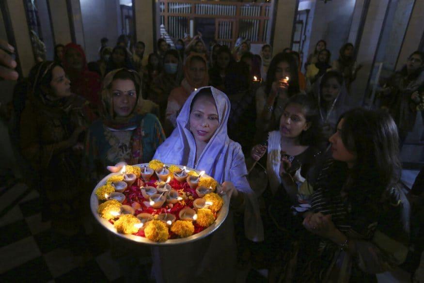 நாரயண கோவிலில் லக்ஷமி பூஜை செய்து பக்தர்கள் தீபாவளியை கொண்டாடினர்.