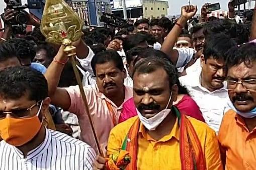 TN Election Result 2021| தாராபுரத்தில் பாஜக தலைவர் எல்.முருகன் முன்னிலை!